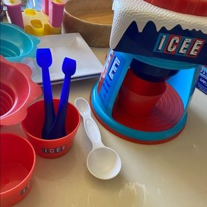 Icee  maker With its own plates and spoons